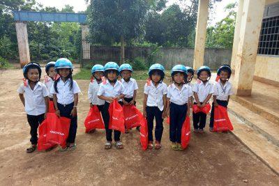 Đội mũ bảo hiểm giúp học sinh có ý thức tuân thủ luật giao thông